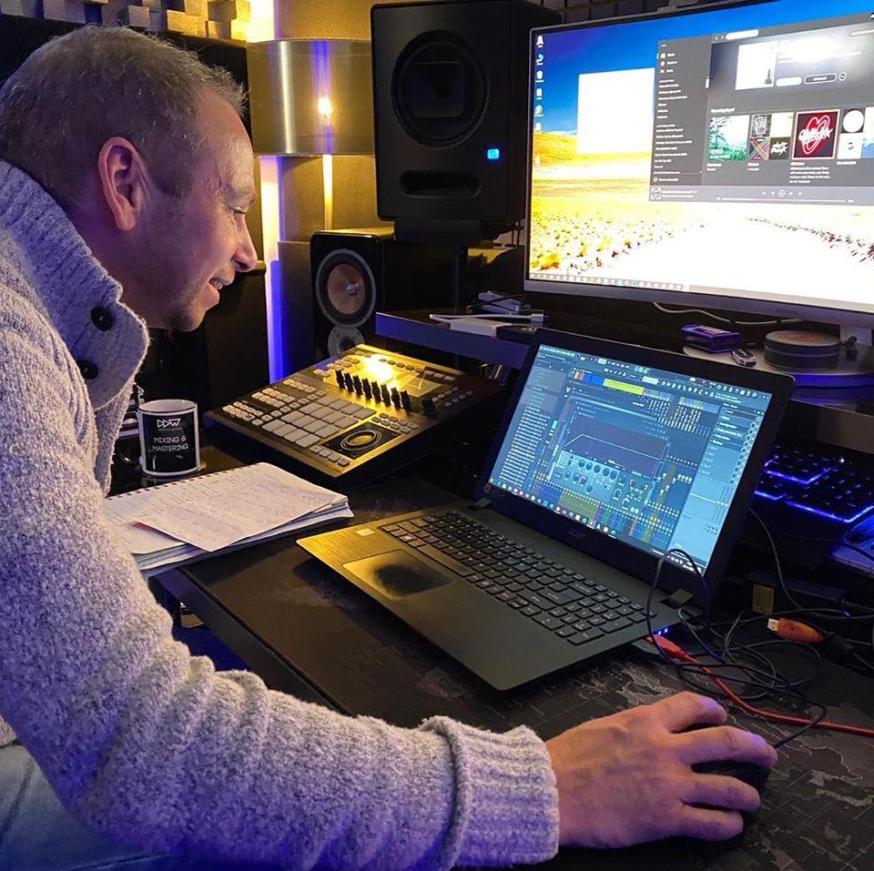 DJ Arjon aan het werk
